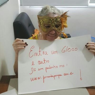 mulher com máscara carnavalesca