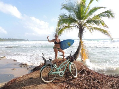 Mulher mais de 60 com prancha de surf