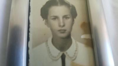 Jovem mulher com cabelos naturais