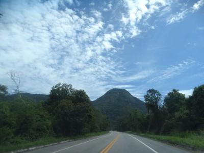 Estrada vazia com montanha ao fundo