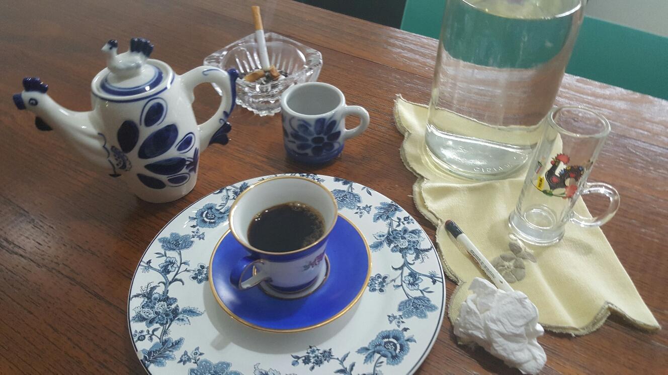 mesa de café em bar português