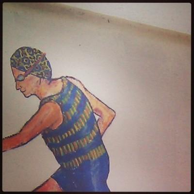 A ceramista vestida com traje de piscina